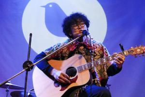 Tùng: Con chim trên cành hát về tình yêu
