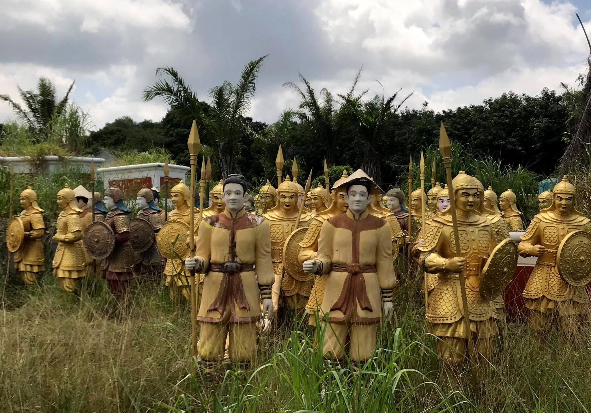 Cận cảnh đội quân đất nung 'giống lính Tần Thuỷ Hoàng' trong bãi phế liệu