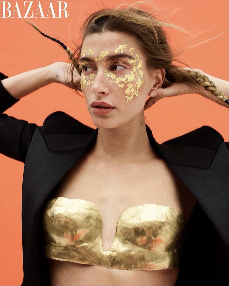 Vợ Justin Bieber diện áo ngực bằng vàng