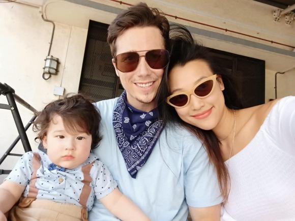 Á hậu Hoàng Oanh than thở khi phải vừa chăm con trai vừa chăm chồng ốm